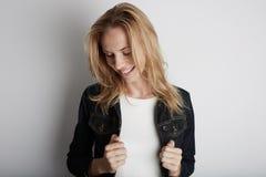 Закройте вверх по портрету красивой женщины усмехаясь с белокурыми волосами Стоковое Фото