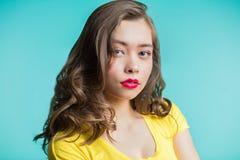Закройте вверх по портрету красивой молодой женщины с вьющиеся волосы стоковое фото rf