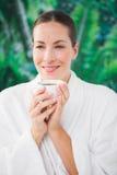 Закройте вверх по портрету красивой молодой женщины выпивая кофе Стоковые Фото