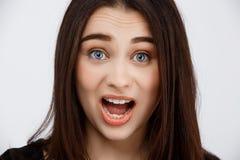 Закройте вверх по портрету красивой удивленной девушки брюнет смотря в камере Стоковое Изображение RF