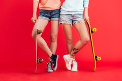 Закройте вверх по портрету 2 маленьких девочек в шортах джинсовой ткани Стоковые Фото