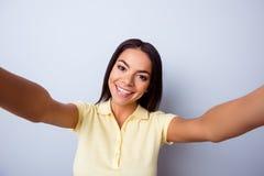 Закройте вверх по портрету милой excited латинской девушки делая selfie с Стоковое Изображение