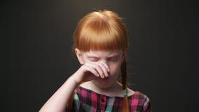 Закройте вверх по портрету милой маленькой девочки видеоматериал