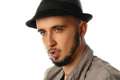 Закройте вверх по портрету молодого красивого человека в lookin шляпы и куртки стоковые фото