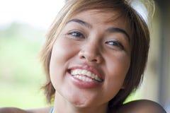 Закройте вверх по портрету молодой счастливый и красивый выразительный азиатский усмехаться женщины возбужденный и славный в поло Стоковые Фото