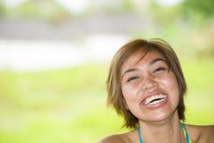 Закройте вверх по портрету молодой счастливый и красивый выразительный азиатский смеяться над женщины возбужденный и славный в по Стоковое фото RF