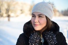 Закройте вверх по портрету молодой женщины идя в лес зимы Стоковые Изображения
