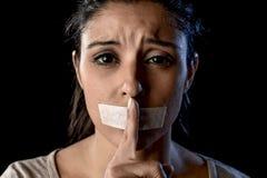 Закройте вверх по портрету молодой привлекательной женщины с ртом и губ загерметизированных в задержанной клейкой ленте Стоковая Фотография