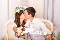 Закройте вверх по портрету молодых привлекательных романтичных пар обнимая и целуя Образ жизни влюбленности и отношений, внутренн Стоковые Фото