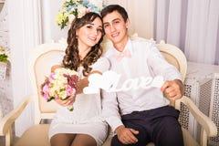 Закройте вверх по портрету молодых привлекательных романтичных пар обнимая и целуя Образ жизни влюбленности и отношений, внутренн Стоковые Изображения