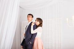 Закройте вверх по портрету молодых привлекательных романтичных пар обнимая и целуя Образ жизни влюбленности и отношений, внутренн Стоковая Фотография RF