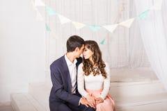Закройте вверх по портрету молодых привлекательных романтичных пар обнимая и целуя Образ жизни влюбленности и отношений, внутренн Стоковое Изображение
