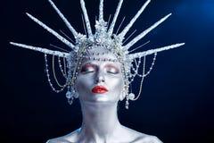 Закройте вверх по портрету моды женщины с боди-артом выглядеть как статуя свободы стоковые изображения rf