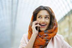 Закройте вверх по портрету мусульманской молодой женщины нося головной шарф стоковая фотография
