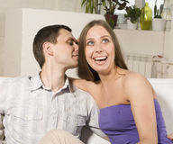 Закройте вверх по портрету довольно молодых пар. обнимать человека и женщины Стоковое Изображение