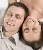 Закройте вверх по портрету довольно молодых пар. обнимать человека и женщины Стоковые Изображения RF