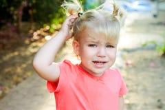 Закройте вверх по портрету плача маленькой девушки малыша с предпосылкой outdoors Концепция чувств и emothions ребенка Фокус Seel Стоковые Изображения RF