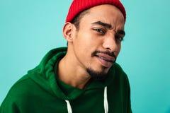 Закройте вверх по портрету подозрительного молодого афро американского человека Стоковая Фотография RF