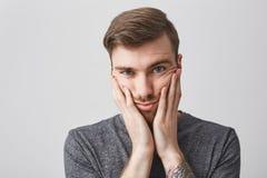 Закройте вверх по портрету привлекательного бородатого кавказского человека с темными волосами, модным стилем причёсок и татуиров стоковое фото