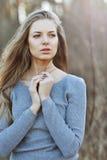 Закройте вверх по портрету привлекательной молодой белокурой девушки - outdoors Стоковые Фотографии RF