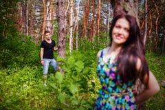 Закройте вверх по портрету привлекательных молодых пар перевозить outdoors Стоковое Изображение RF