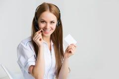 Закройте вверх по портрету работника обслуживания клиента женщины, оператора центра телефонного обслуживания усмехаясь Стоковая Фотография RF