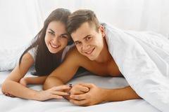 Закройте вверх по портрету романтичных пар в кровати стоковые фото