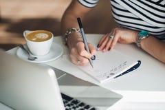 Закройте вверх по портрету рук ` s женщины писать письмо Стоковые Изображения RF