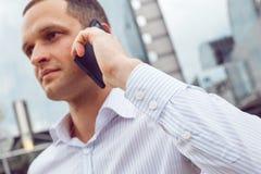 Закройте вверх по портрету серьезного бизнесмена говоря на мобильном телефоне Стоковое Изображение RF