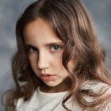 Закройте вверх по портрету серьезной молодой кавказской девушки с вьющиеся волосы и улучшите здоровую кожу стоковое изображение rf