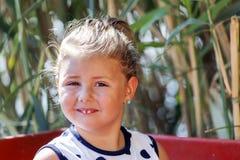 Закройте вверх по портрету сладостной маленькой девочки пока сидящ в шлюпке Стоковая Фотография RF