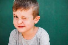 Закройте вверх по портрету смеяться над мальчика стоковые изображения rf