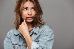 Закройте вверх по портрету сомнительной девушки в куртке джинсовой ткани Стоковое Изображение