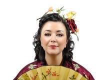 Закройте вверх по портрету стилизованной женщины кимоно с вентилятором стоковая фотография