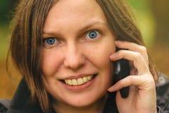 Закройте вверх по портрету стороны красивой женщины говоря на телефоне Стоковое Изображение RF