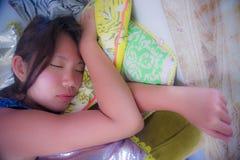 Закройте вверх по портрету стороны молодой и красивой азиатской китайской девушки спать мирно и спокойной принимающ утомлянный от Стоковое Изображение