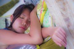 Закройте вверх по портрету стороны молодой и красивой азиатской китайской девушки спать мирно и спокойной принимающ утомлянный от Стоковые Фотографии RF