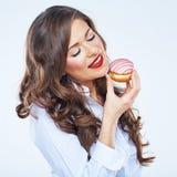 Закройте вверх по портрету стороны торта удерживания молодой женщины усмехаться gir Стоковое фото RF