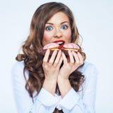 Закройте вверх по портрету стороны торта удерживания молодой женщины усмехаться gir Стоковые Фото