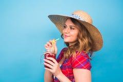 Закройте вверх по портрету студии сексуальной женщины нося яркое обмундирование держа и выпивая вкусный зеленый milkshake smoothi Стоковое Изображение