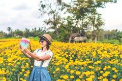 Закройте вверх по портрету счастливой и красивой молодой женщины ослабляя наслаждающся свежей красотой шикарного оранжевого ногот стоковые изображения rf