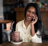 Закройте вверх по портрету счастливой молодой Афро-американской женщины с c Стоковая Фотография RF
