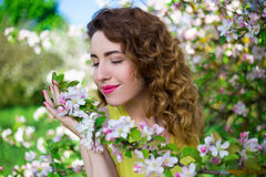 Закройте вверх по портрету счастливой красивой девушки в саде лета Стоковое Фото