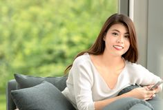 Закройте вверх по портрету съемки молодой красивой азиатской женщины сидя дальше стоковые изображения