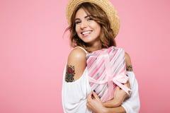 Закройте вверх по портрету удовлетворенной девушки в шляпе лета Стоковая Фотография