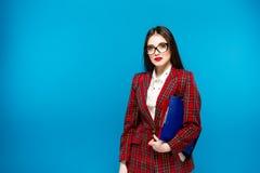 Закройте вверх по портрету умной бизнес-леди с держателем Стоковые Изображения RF
