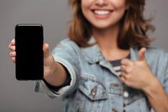 Закройте вверх по портрету усмехаясь девочка-подростка Стоковое Фото