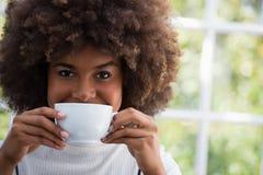 Закройте вверх по портрету усмехаясь женщины имея кофе в кафе Стоковые Изображения