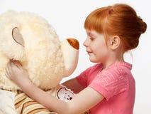 Закройте вверх по портрету усмехаясь рыжеволосой девушки с игрушкой медведя Стоковая Фотография RF