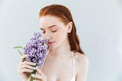 Закройте вверх по портрету цветков гиацинта женщины имбиря пахнуть Стоковые Изображения